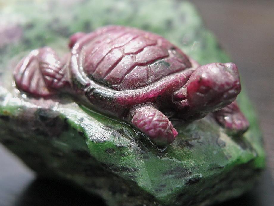 ルビーインゾイサイト 亀彫刻