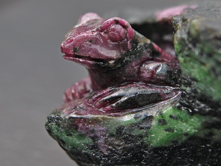 ルビーインゾイサイト 蛙 彫刻