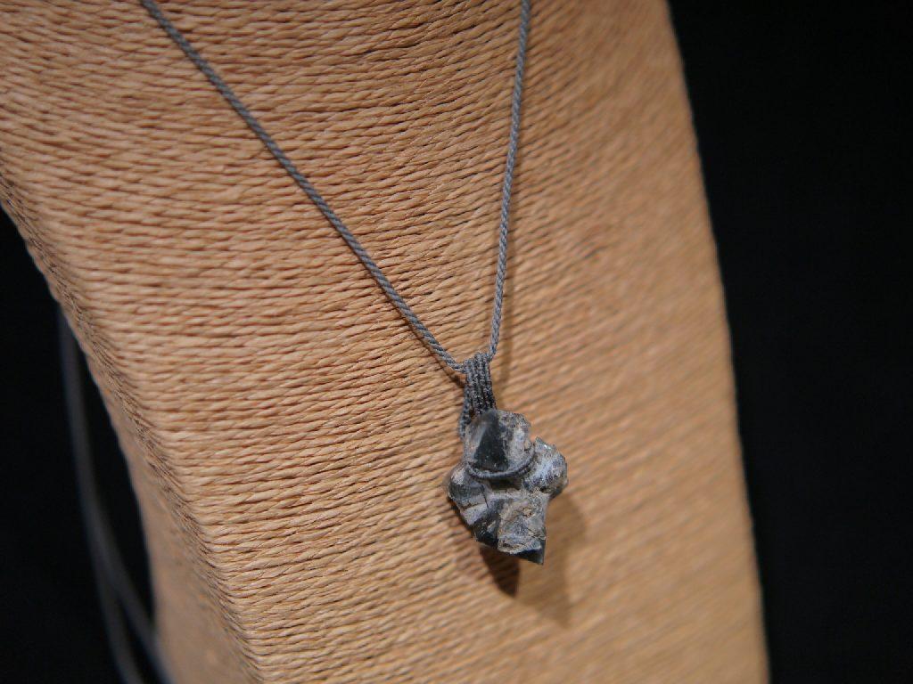 ザギマウンテンクォーツ原石のマクラメ編みペンダント